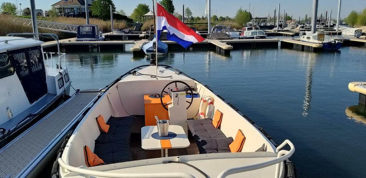 Sloep varen in Maurik